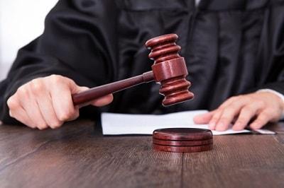 Richter schlägt einen Richterhammer