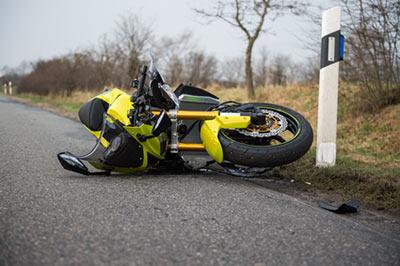 Schlechter Straßenzustand kann leicht zu einem Motorradunfall führen.