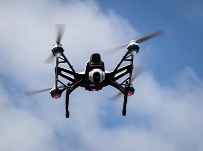 Drohne am Himmel mit Wolke