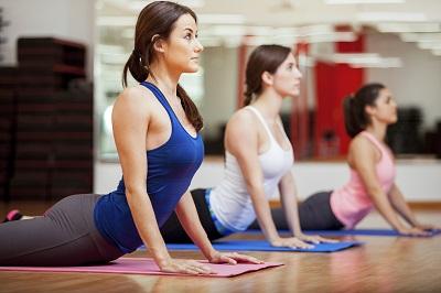 Drei Frauen Yogakurs