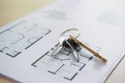 Ein Wohnungsschlüssel liegt auf einem Grundriss.