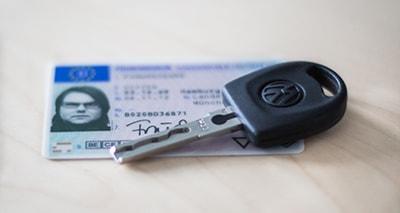 Deutscher Führerschein und Autoschlüssel