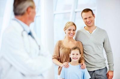 Ärztezufriedenheit-Arzt-glückliche-Famile