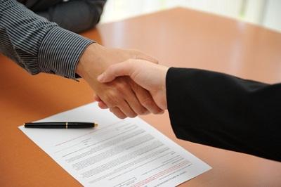 Hände schütteln beim Vertragsabschluss