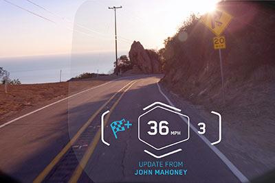 Die Daten werden auf die Innenseite des Helmvisiers gespiegelt. Foto: BMW
