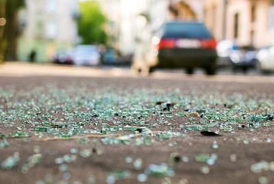 Scherbe auf Straße mit Auto