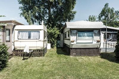Zwei Wohnwägen an der Ostsee.