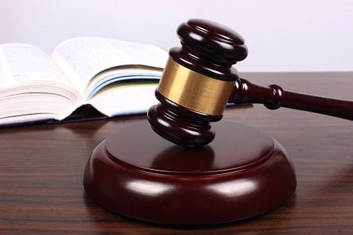 Richterhammer und Gesetzestext