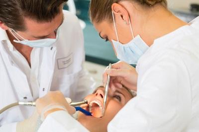 Zahnärzte mit Patient