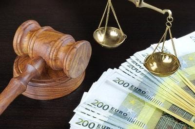 Richterhammer, 200 Euro Scheine und Waage.