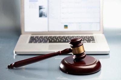 Richterhammer und Laptop