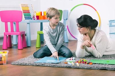 Kind lernt spielerisch
