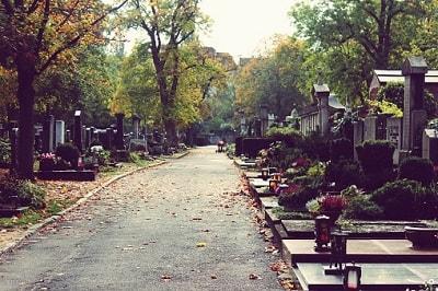 Ein Friedhof im Herbst.