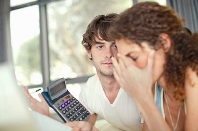 Ein junges Paar steckt in finanziellen Schwierigkeiten.