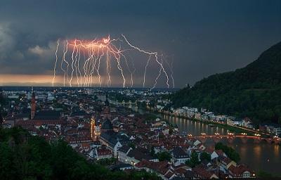 Blitzeinschlag nachts in der Stadt