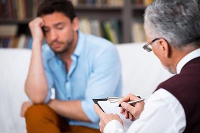 Patient redet mit Psychologe.