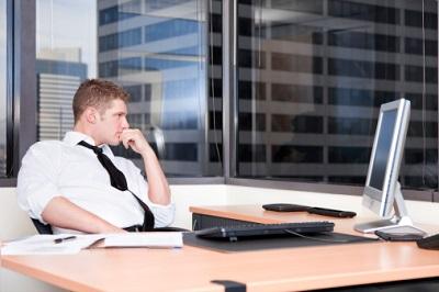 Jeder fünfte Arbeitnehmer fühlt sich wegen der Digitalisierung am Arbeitsplatz überlastet.