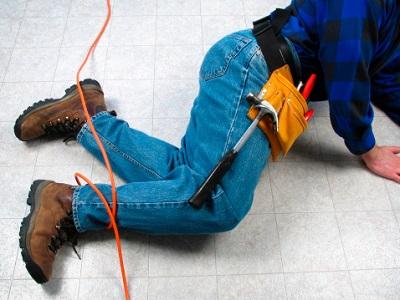 Beine von Handwerker am Boden