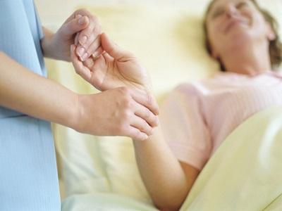 Hand einer Pflegerin mit Patientin