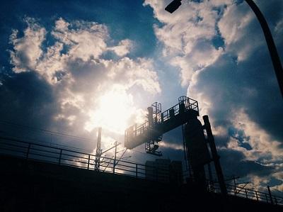 Baustelle mit wolkigem Himmel