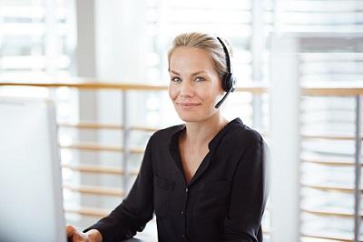 Frau am Schreibtisch im Callcenter