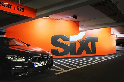Sixt Auto in Garage mit Logo