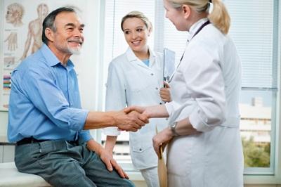 Patient und Ärztin schütteln Hände