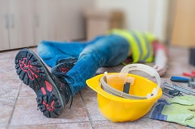 Ein Bauarbeiter erleidet einen Arbeitsunfall.