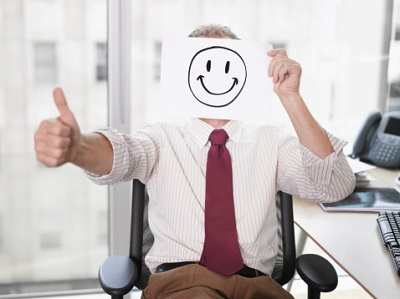 Mann mit Smiley im Büro