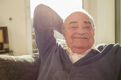 Alter Mann zu Hause auf dem Sofa