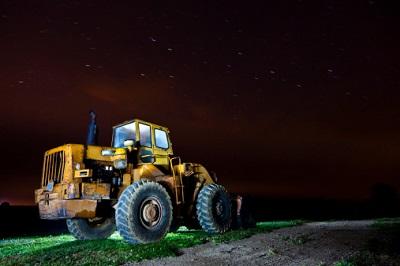 Traktor bei Nacht