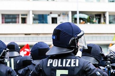 Polizisten mit unterschiedlicher Größe