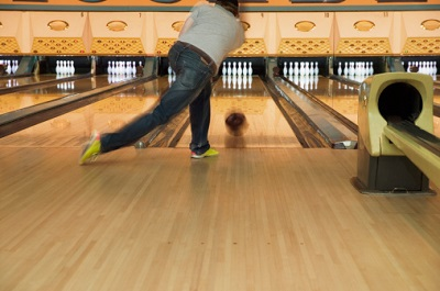 Mann auf Bowling-Bahn