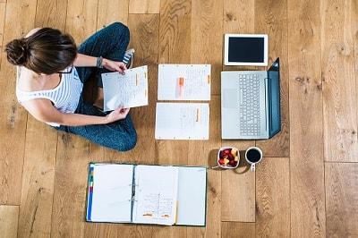 Eine Studentin checkt ihre Versicherungen online