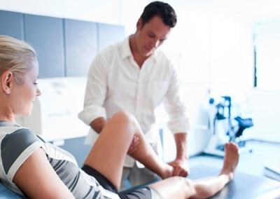 Eine junge Patientin erhält eine Physiotherapie.