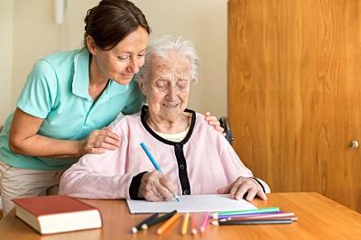 Ergotherapeutin arbeitet mit Demenzpatientin