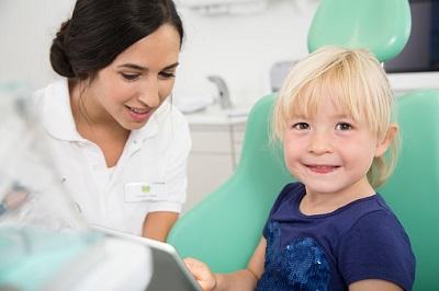 Wenn der erste Milchzahn durchgebrochen ist, sollten Kinder zur Zahnvorsorge.