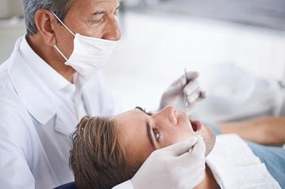 Zahnarzt behandelt einen männlichen Patienten