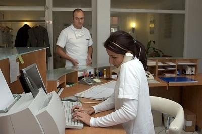 Kassenpatienten können sich an eine Terminservicestelle wenden, um einen Termin beim Facharzt zu bekommen.