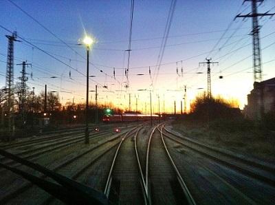 Oberleitung und Zuggleise am Abend