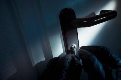 Handschuhe von Einbrecher an Türklinke