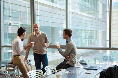Drei Angestellte machen Pause in einer Kantine