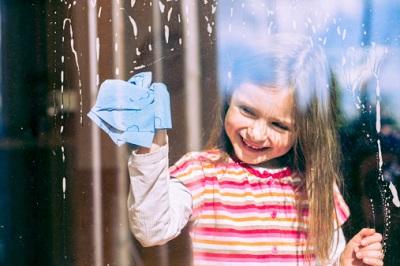 Mit natürlichen Putzmitteln lässt sich das Vergiftungsrisiko für Ihren Nachwuchs senken.