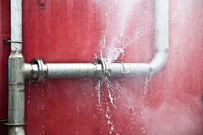 Kaputtes Rohr mit austretendem Wasser