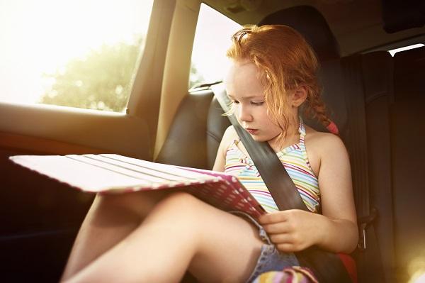 Kind mit Tablet im Auto