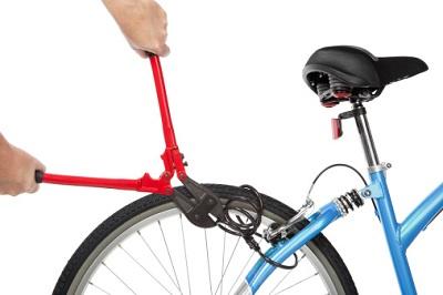 Fahrradschloss an Fahrrad mit Zange