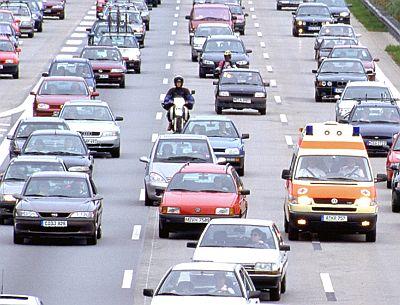 Ältere Autos auf der Autobahn