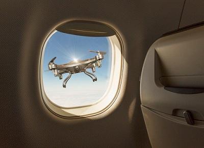 Drohne am Flugzeugfenster
