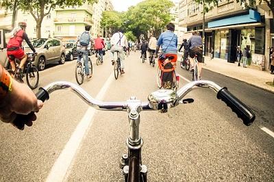 Gruppe von Radfahrern auf der Straße