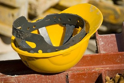 Helm in Nahaufnahme auf Baustelle